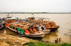 Boten bij Irrawaddi-rivier Stock Foto's