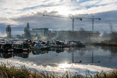 Boten bij Jachthaven in Northampton met de achtergrond die van bouwkranen worden geparkeerd Stock Foto