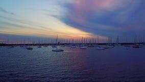 Boten bij Jachthaven bij zonsondergang stock footage