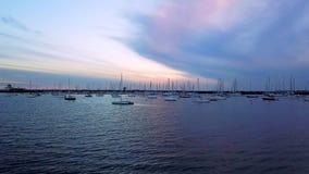 Boten bij Jachthaven bij zonsondergang stock videobeelden