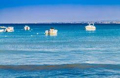 Boten bij kust worden vastgelegd die stock fotografie