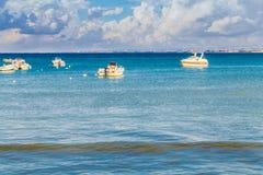 Boten bij kust worden vastgelegd die stock afbeelding