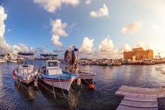 Boten bij Paphos-haven met het kasteel op de achtergrond cyprus Stock Foto's