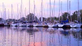 Boten bij zonsondergang in de jachthaven van Toronto stock video