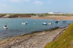 Boten in Bude-strand Noord-Cornwall tijdens Juli-hittegolf Royalty-vrije Stock Foto's