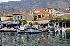 Boten in de Binnenhaven van Galaxidi, Griekenland worden vastgelegd dat royalty-vrije stock foto's