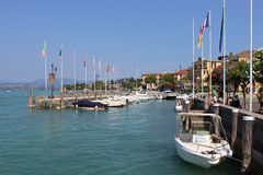 Boten in de haven bij Sirmione-Meer Garda worden vastgelegd die Stock Foto's