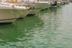 Boten in de haven met exemplaarruimte die worden vastgelegd stock afbeeldingen
