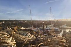 Boten in de haven, stad, zonsondergang, slinger Royalty-vrije Stock Afbeeldingen