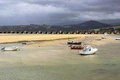 Boten in de kust en een brug, in San Vicente de la Barquera stock afbeeldingen