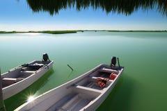 Boten in de lagune van de pijlermangrove in Mayan Riviera Stock Afbeelding