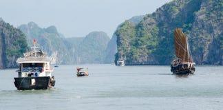 Boten in de Lange Baai van Ha royalty-vrije stock foto's