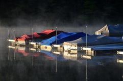 Boten in de mist van ochtend royalty-vrije stock foto's