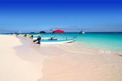 Boten in de tropische strand Caraïbische zomer Stock Afbeeldingen