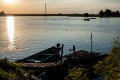 Boten in de zonsondergang in de Delta van Donau, Roemenië royalty-vrije stock foto's