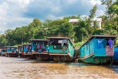 Boten dichtbij de bank van de rivier Nam Khan in Luang Prabang, Laos Exemplaarruimte voor tekst stock foto