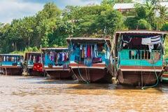 Boten dichtbij de bank van de rivier Nam Khan in Luang Prabang, Laos Exemplaarruimte voor tekst stock afbeeldingen