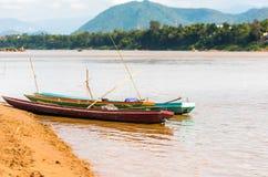 Boten dichtbij de bank van de rivier Nam Khan in Luang Prabang, Laos Exemplaarruimte voor tekst stock fotografie