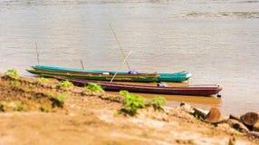 Boten dichtbij de bank van de rivier Nam Khan in Luang Prabang, Laos Exemplaarruimte voor tekst stock afbeelding