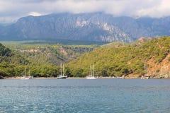 Boten dichtbij de kust in Middellandse Zee worden verankerd die Stock Fotografie
