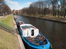Boten dichtbij de kust op de Moika-Rivier in St. Petersburg in April Royalty-vrije Stock Foto