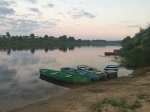 Boten dichtbij de Westelijke Dvina-rivier in Wit-Rusland stock foto