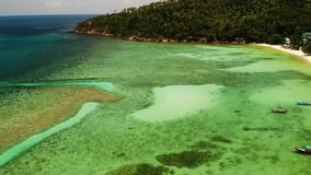 Boten dichtbij kust van eiland Traditionele kleurrijke vissersvaartuigen die op kalm blauw water dichtbij witte zandkust drijven  stock video
