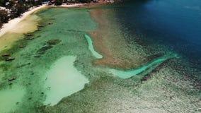 Boten dichtbij kust van eiland Traditionele kleurrijke vissersvaartuigen die op kalm blauw water dichtbij witte zandkust drijven  stock footage