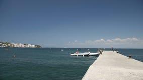 Boten dichtbij pijler, mooie mening op Middellandse Zee, Ischia, Italië worden geparkeerd dat stock footage