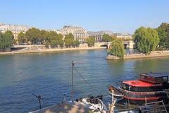 Boten dichtbij Pont Neuf en Ile DE La Cite in Parijs, Frankrijk Stock Fotografie