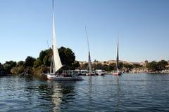 Boten die in Aswan rivier Nijl varen Stock Afbeeldingen
