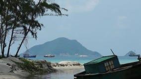 Boten die bij lagune liggen stock videobeelden