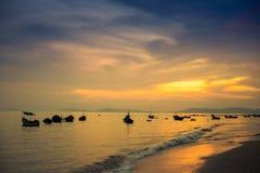 Boten die in de zonsondergang bij Phala-Strand verankeren Royalty-vrije Stock Foto's