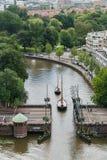 Boten die door Brug gaan - Leeuwarden, Nederland stock foto's