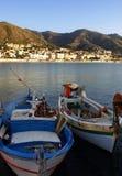 Boten die in haven Cefalu worden vastgelegd stock afbeelding