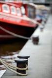 Boten die in havenmeerpalen worden gedokt Royalty-vrije Stock Foto's
