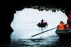 Toerist die in Baai Halong in Vietnam varen. Stock Afbeelding