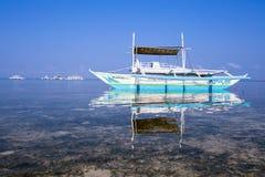Boten die op toeristen wachten om tussen de eilanden te reizen filippijnen stock foto's
