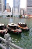 Boten door de Rivier van Singapore Stock Afbeelding