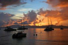 Boten door de zonsondergang in de Britse Maagdelijke Eilanden worden gesilhouetteerd dat royalty-vrije stock afbeeldingen