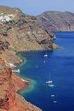 Boten in een baai op eiland Santorini royalty-vrije stock afbeeldingen