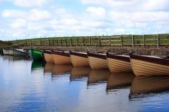 Boten in een kleine meertros in Donegal - Ierland Stock Foto's