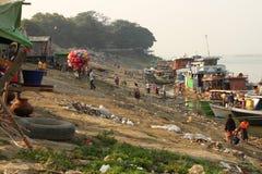 Boten in een krottenwijk dichtbij de rivier in Mandalay, Myanmar stock foto