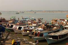 Boten in een krottenwijk dichtbij de rivier in Mandalay, Myanmar stock afbeelding