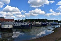 Boten in een rivierhaven Royalty-vrije Stock Afbeelding