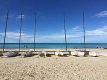 Boten en catamarans op een strand in Cayo Coco, Cuba stock afbeeldingen