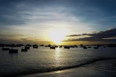 Boten en de bezinningenmening van de zonsonderganghemel van Vietnam Stock Foto's