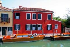 Boten en huis op kanaal Royalty-vrije Stock Foto's