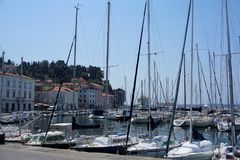 Boten en huizen bij de haven van Piran royalty-vrije stock foto's