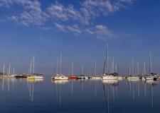 Boten en jachten bij de haven worden vastgelegd die Royalty-vrije Stock Fotografie